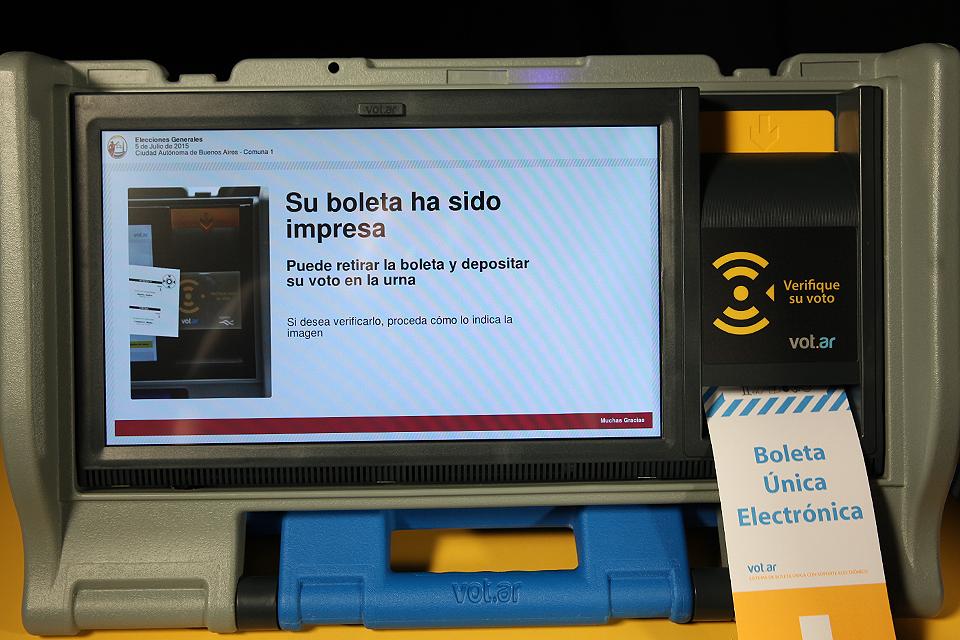 Voto con Boleta electr—nicaFoto: Sebastian Rodeiro